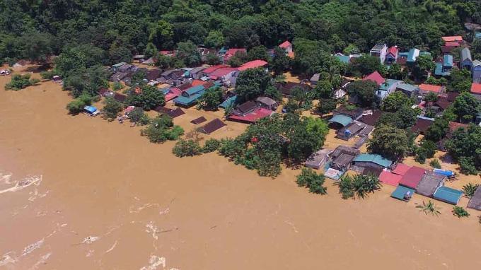 Mưa lũ tại miền Trung gây ra nhiều thiệt hại nặng nề cả về người và tài sản. Ảnh: BBC.