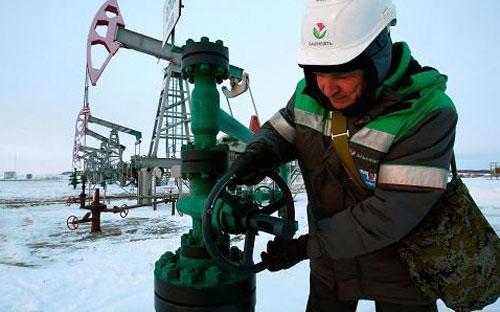 Bất chấp khó khăn của nền kinh tế, các công ty dầu lửa của Nga đến thời điểm này vẫn làm ăn khấm khá - Ảnh: Reuters.<br>