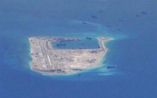 Ảnh do máy bay trinh sát P-8A Poseidon của Mỹ chụp vào tháng 5/2015 cho thấy hoạt động bồi lấp trái phép của Trung Quốc tại đá Chữ Thập thuộc quần đảo Trường Sa - Ảnh: Hải quân Mỹ/Reuters.<br>