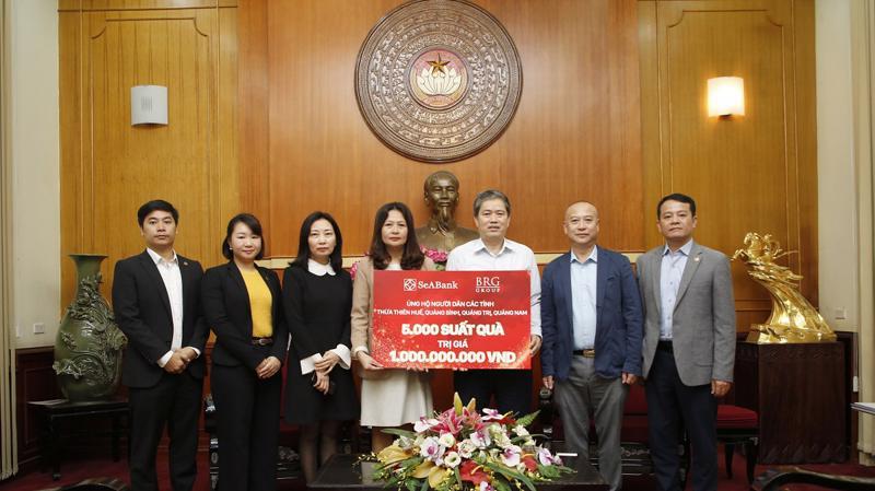 Tập đoàn BRG và SeABank trao tặng 5.000 suất quà trị giá 1 tỷ đồng ủng hộ người dân miền Trung bị ảnh hưởng bởi bão lũ.