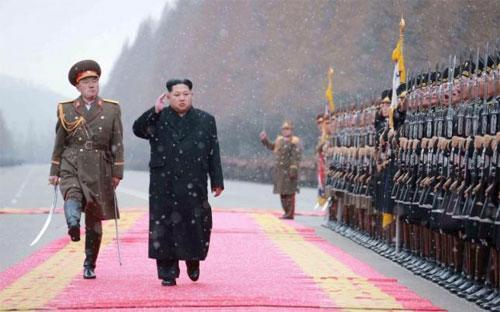 Nhà lãnh đạo Triều Tiên Kim Jong Un thăm một đơn vị quân đội nhân dịp năm mới 2016 - Ảnh: Reuters/KCNA.<br>