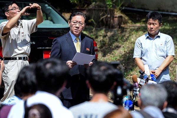 Đại sứ Triều Tiên Kang Chol (giữa) phát biểu trước các nhà báo bên ngoài đại sứ quán Triều Tiên ở Kuala Lumpur ngày 20/2 - Ảnh: Bernama.<br>