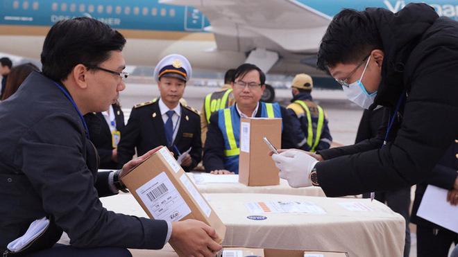 Hình ảnh tại cơ quan chức năng kiểm tra tro cốt của các nạn nhân trước khi bàn giao cho các địa phương tại sân bay Nội Bài - Ảnh: TTXVN.