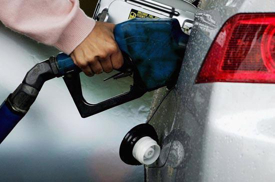 Việc đồng USD tăng giá luôn là yếu tố bất lợi lớn đối với các loại hàng  hóa được giao dịch bằng loại tiền này, trong đó có xăng dầu.