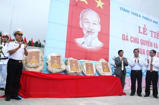 Một buổi lễ tiếp nhận 21 viên đá đại diện cho chủ quyền 21 đảo ở Trường Sa của Việt Nam, diễn ra tại tỉnh Thừa Thiên - Huế.