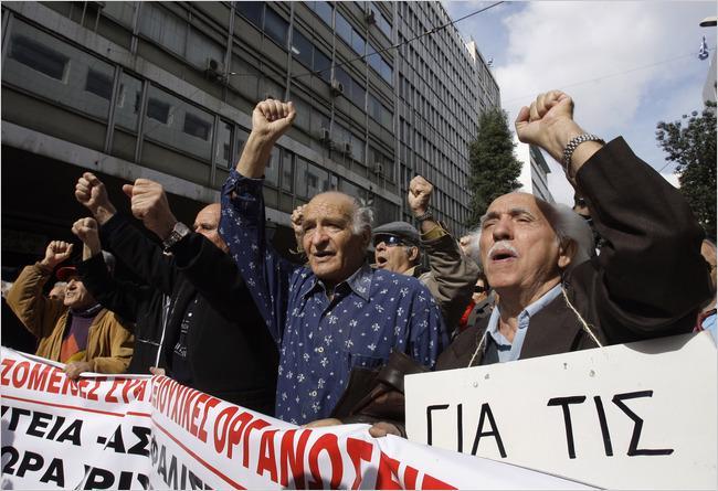 Người hưu trí biểu tình phản đối kế hoạch giảm thâm hụt ngân sách của Chính phủ Hy Lạp trên đường phố Athens hôm 3/3 - Ảnh: AP.