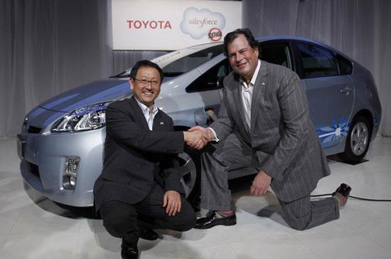 Chủ tịch Toyota bắt tay cùng Giám đốc điều hành Salesforce.com tại cuộc họp báo ở Tokyo hôm nay - Ảnh: Reuters.