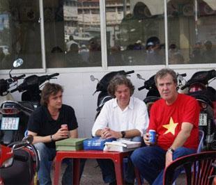 Các biên tập viên của Top Gear, Jeremy Clarkson (áo đỏ), James May (giữa) và Richard Hammond.