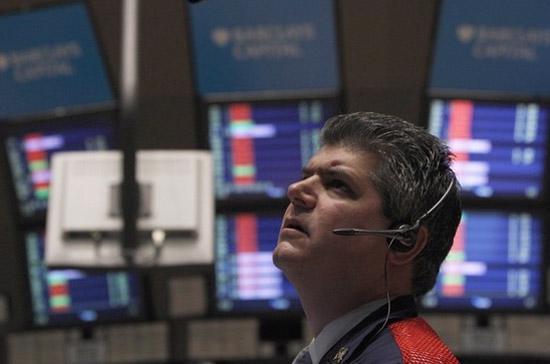 Diễn biến lúc thị trường mở cửa ngày giao dịch cũng khá giống với lúc thị trường đóng cửa ngày giao dịch, khi Dow Jones mất điểm, S&P 500 không thay đổi giá trị - Ảnh: Reuters.