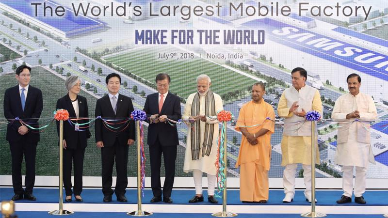Phó chủ tịch Samsung Electronices Lee Jae-yong tham dự lễ khánh thành nhà máy smartphone lớn nhất thế giới của Samsung cùng Ấn Độ Narendra Modi, Tổng thống Hàn Quốc và các quan chức, doanh nhân hai nước - Ảnh: Yonhap News.