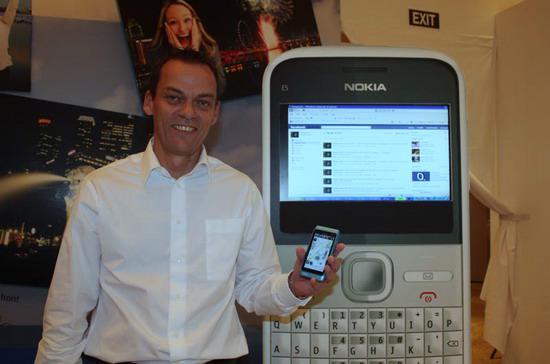 """Ông William Hamilton Whyte, Tổng giám đốc Nokia Đông Dương, giới thiệu """"dế"""" N8 - Ảnh: Phạm Vinh."""