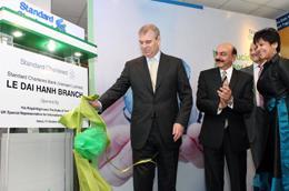 Chi nhánh này là trung tâm dịch vụ ngân hàng ưu tiên đầu tiên của Standard Chartered tại Hà Nội.
