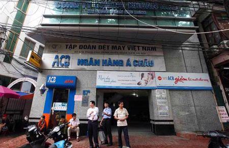 Trả lời báo giới chiều 24/8, lãnh đạo ACB cho biết nhiều người dân đã gửi tiền trở lại tại ngân hàng này. Trong đó, tiền tiết kiệm đáo hạn tiếp tục gửi lại ACB đạt hơn 5.000 tỉ đồng.