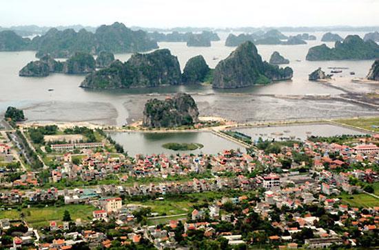 Thành phố Cẩm Phả có diện tích tự nhiên 48.645 ha và 195.800 nhân khẩu