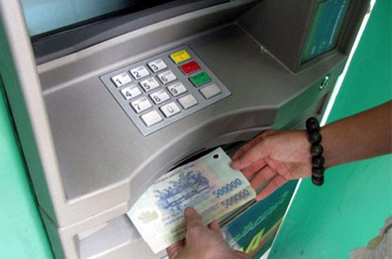 Ngân hàng Nhà nước mở hướng phối hợp với Hội thẻ Ngân hàng nghiên cứu để xây dựng chính sách phí ATM hợp lý, nhằm đảm bảo hài hòa quyền lợi giữa khách hàng và tổ chức phát hành thẻ.