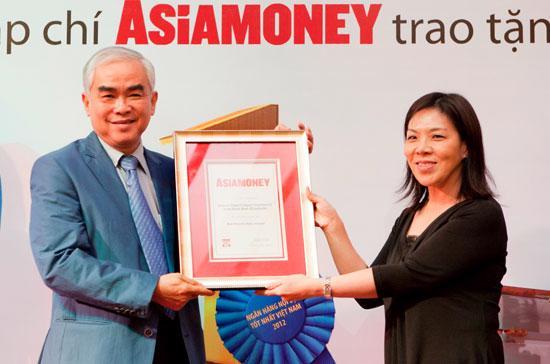 Chủ tịch Eximbank nhận giải thưởng từ đại diện Asia Money.