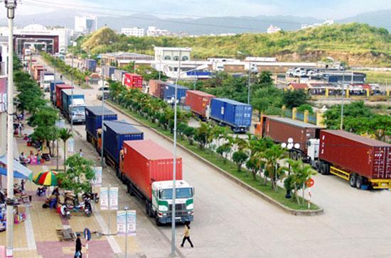 Xuất nhập khẩu hàng hoá qua cửa khẩu quốc tế Móng Cái - Ảnh: Báo Quảng Ninh.