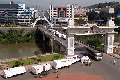 """Cửa khẩu quốc tế Lào Cai. Địa phương miền núi phía Bắc này vừa """"soán ngôi"""" Đà Nẵng để đứng nhất bảng PCI 2011."""