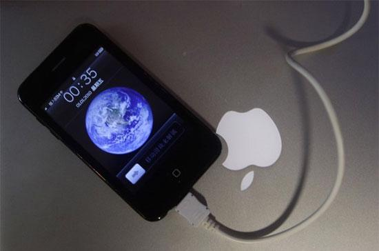 Một chiếc điện thoại nhái iPhone tại Trung Quốc. Không chỉ có các công ty ở Trung Quốc đại lục, nhiều doanh nghiệp ở Hồng Kông và Đài Loan cũng đang tìm cách ăn theo sự thành công của các sản phẩm Apple - Ảnh: Reuters.