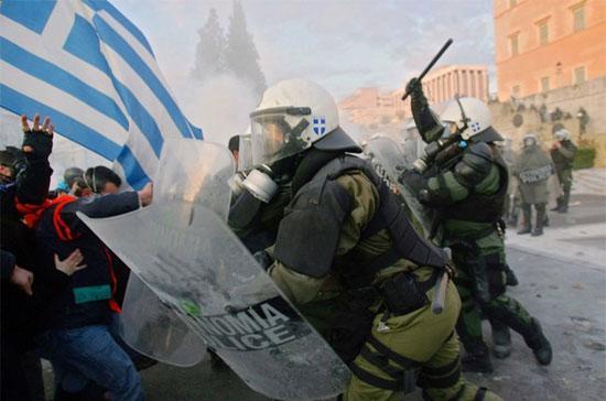 Cảnh sát đàn áp người biểu tình tại Athens, Hy Lạp. Châu Âu đang tung ra một ván bài đầy rủi ro đối với nước này - Ảnh: Getty.