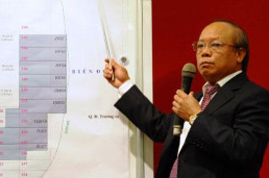 Tổng giám đốc Petro Vietnam Đỗ Văn Hậu chỉ các khu vực khai thác dầu khí thuộc chủ quyền của Việt Nam theo công ước quốc tế - Ảnh: BBC.