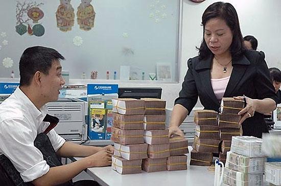 """""""Doanh nghiệp nào sau 15/7 đang vay vốn mà lãi suất hơn 15% thì phối hợp với chúng tôi để chúng tôi xử lý"""" - ông Nguyễn Hoàng Minh, Phó giám đốc Chi nhánh Ngân hàng Nhà nước tại Tp.HCM đưa ra đề nghị."""
