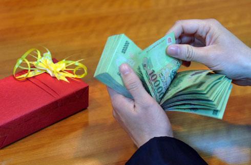 Chuyên gia cho rằng cần nghiên cứu bổ sung thêm thu nhập vào diện chịu thuế thu nhập cá nhân đối với khoản thu nhập quà biếu bằng tiền, hiện vật của các doanh nghiệp, tổ chức chi cho cá nhân ngoài đơn vị...