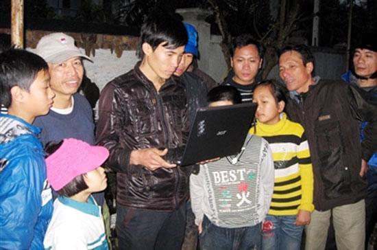 Người dân tại Tiên Lãng hồi hộp ngóng máy tính đợi xem kết luận của Thủ tướng. Vụ Tiên Lãng là một minh chứng rất rõ ràng cho thấy sự phát triển cũng như vai trò đặc biệt quan trọng của truyền thông, đặc biệt là truyền thông Internet, trong một xã hội hiện đại - Ảnh: TP.