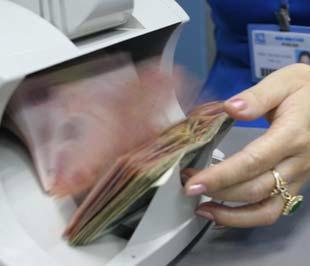 Tín dụng vẫn là mảng mang lại nguồn thu chính cho hầu hết các ngân hàng hiện nay - Ảnh: Việt Tuấn.