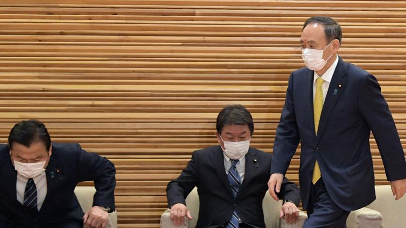 Thủ tướng Nhật Bản Yoshihide Suga (ngoài cùng bên phải) tham dự cuộc họp Nội các tại văn phòng thủ tướng ở Tokyo ngày 24/2 - Ảnh: Mainichi