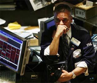 Vẻ ưu tư của nhân viên môi giới tại Sở Giao dịch Chứng khoán New York hôm qua (17/9) - Ảnh: Reuters.