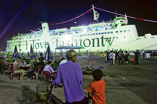 Tàu du lịch năm sao đưa khách quốc tế đến Việt Nam, tỷ trọng doanh thu của phía Việt Nam rất thấp trong gói tour này - Ảnh: Trần Việt Đức.