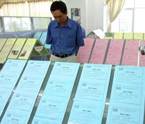 Tại một trung tâm giao dịch địa ốc ở Hà Nội.