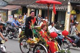 Du khách nước ngoài tham dự một lễ hội du lịch tại Quảng Nam. Số lượng du khách đến Việt Nam đang giảm do khó khăn về kinh tế, dẫn đến số lượng văn phòng đại diện các công ty du lịch tại Việt Nam giảm - Ảnh: Trung Châu.