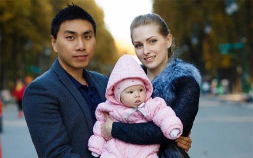 Mei Aisi cùng vợ người Ukraine và con gái - Ảnh: Shanghiist.<br>
