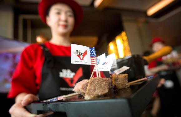 Thịt bò Mỹ được phục vụ trong một nhà hàng ở Bắc Kinh, Trung Quốc - Ảnh: Reuters/Nikkei.<br>