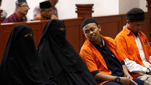 Dian Yulia Novi (thứ hai từ trái sang) và chồng (thứ hai từ phải sang) trong phiên tòa ở Jakarta hôm 21/6 - Ảnh: Reuters.<br>