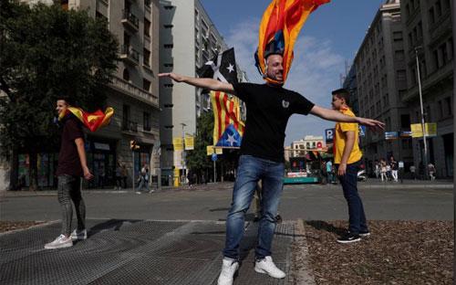 Người dân mang cờ ly khai của Catalonia trên đường phố Barcelona hôm 3/10 - Ảnh: Reuters.<br>