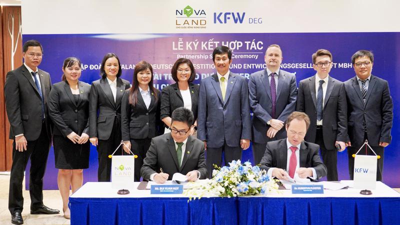 Ông Bùi Xuân Huy - Tổng giám đốc Novaland ký kết với đại diện DEG tại sự kiện.