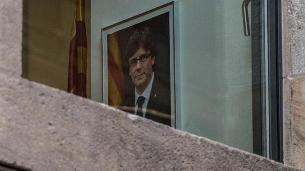 Ông Carles Puigdemont, nhà lãnh đạo bị sa thải của Catalonia, đã sang Bỉ, nhưng ảnh của ông vẫn được treo tại tòa nhà chính quyền xứ này hôm 30/10 - Ảnh: Getty/BBC.