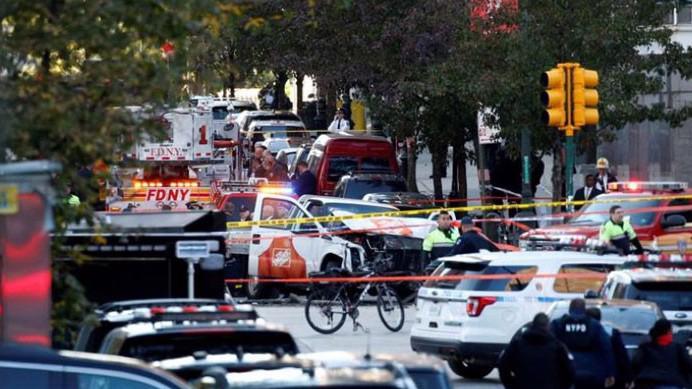 Lực lượng chức năng có mặt tại hiện trường vụ tấn công bằng xe tải ở New York ngày 31/10 - Ảnh: Reuters.