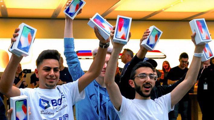 Những khách hàng đầu tiên mua được iPhone X tại Apple Store ở Sydney, Australia sang 3/11 - Ảnh: Reuters.
