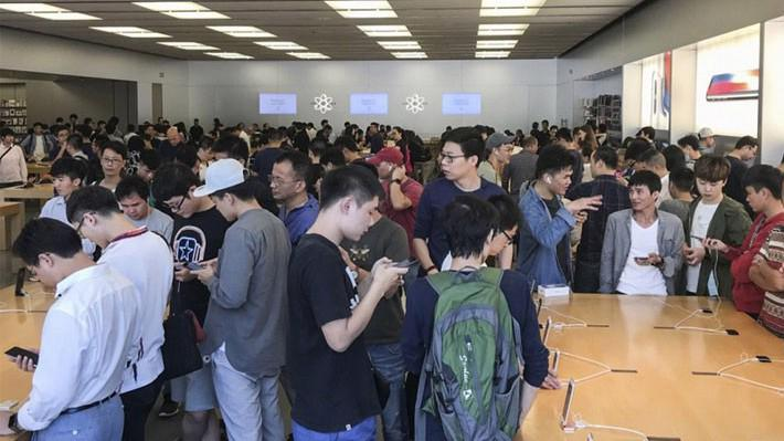 Quang cảnh trong Apple Store ở Thẩm Quyến, Trung Quốc sang 3/11 - Ảnh: SCMP.