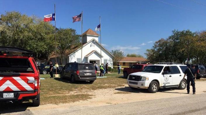 Bên ngoài nhà thờ First Baptist Church ở Texas, Mỹ, nơi xảy ra vụ xả súng ngày 5/11 - Ảnh: Reuters.