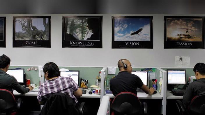 Nhân viên làm việc trong một trung tâm chăm sóc khách hàng qua điện thoại (call center) ở Philippines - Ảnh: Reuters.
