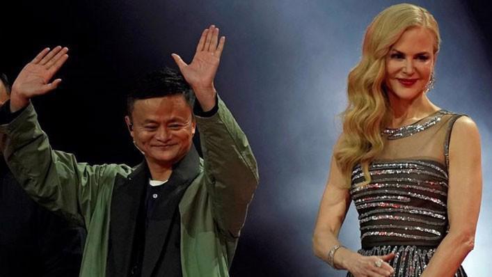 Người sáng lập Alibaba, ông Jack Ma (trái) và nữ minh tinh Nicole Kidman trong tiệc gala nhân sự kiện mua sắm Ngày Độc thân, tại trụ sở Alibaba ở Hàng Châu, Trung Quốc, ngày 10/11 - Ảnh: Reuters.