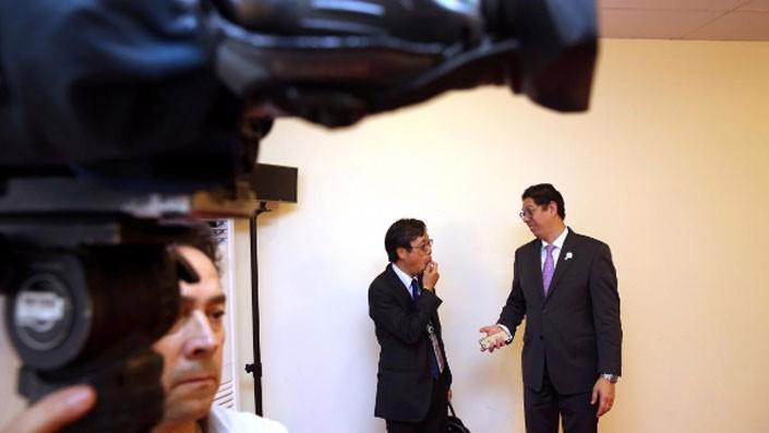 Một quan chức Nhật Bản và một quan chức Canada đang trao đổi sau cuộc họp giữa các nước thành viên TPP diễn ra bên lề thượng đỉnh APEC tại Đà Nẵng, ngày 10/11 - Ảnh: Reuters.