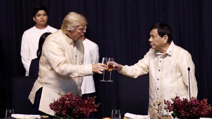 Tổng thống Mỹ Donald Trump (trái) và Tổng thống Philippines Rodrigo Duterte nâng ly tại tiệc tối gala chào mừng thượng đỉnh ASEAN tại Manila, Philippines, ngày 12/11 - Ảnh: Reuters.