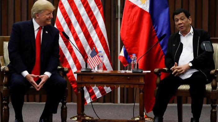 Tổng thống Mỹ Donald Trump (trái) và Tổng thống Philippines Rodrigo Duterte trong cuộc gặp ở Manila, Philippines, ngày 13/11 - Ảnh: Reuters.