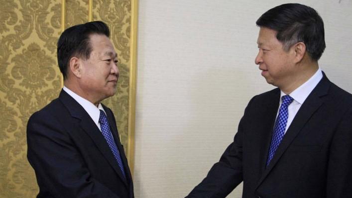 Ông Choe Ryong Hae (trái), trợ lý của nhà lãnh đạo Triều Tiên Kim Jong Un, và ông Song Tao, đặc phái viên của Chủ tịch Trung Quốc Tập Cận Bình trong cuộc gặp tại Bình Nhưỡng ngày 17/11 - Ảnh: AP/SCMP.
